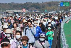 千葉県を目指し、歩き初めを楽しむ大勢の参加者=圏央道稲敷東IC