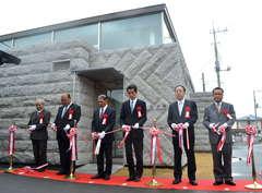 JR稲田駅前に移築された「石の百年館」の開館を祝い、テープカット=笠間市稲田