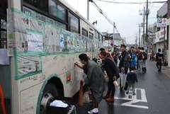 ガルパンをテーマとするバスの落書きコーナーも人気=大洗町磯浜町