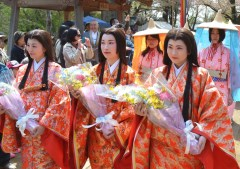 千姫の墓所を参拝に訪れた常総市観光大使「千姫さま」の一行=常総市豊岡町の弘経寺
