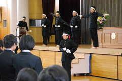 応援団が壇上に上がり、新生中学校を盛り上げていくことを誓った=茨城町立青葉中