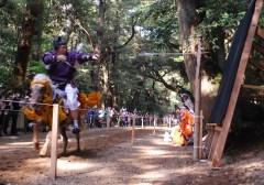 鹿島神宮の流鏑馬祭で射手が鏑矢を放ち、見事に的中=鹿嶋市宮中
