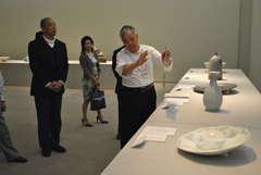 板谷波山との思い出話を交えながら展示作品を解説する井上壽博さん=筑西市丙