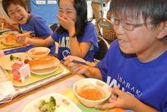 坂東市立七郷小の給食でコートジボワール料理「ケジェヌ」を食べる児童=坂東市矢作