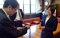 永田恭介学長にメダルとフェアプレー賞メダルを見せ優勝を報告する猶本光選手(右)
