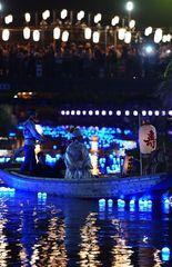 青白く光る川面を進む嫁入り舟=潮来市潮来の前川