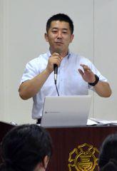 外交官の仕事を後輩たちに話す井上隼一さん=土浦市中村西根の常総学院高