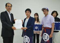 賞状を受け取る「結いプロジェクト」の飯野勝智代表(左から2人目)=水戸市笠原町