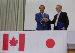 岡田誠司在バンクーバー日本国総領事(左)を招いて開かれた姉妹校提携協定の調印式=筑西市下中山の下館一高