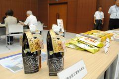 食品を加工する46社がスーパーのバイヤーに商品をPRした=つくば市竹園