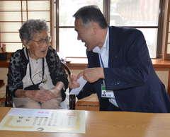 「いつまでも長生きしてください」と、堤すてさんを励ます須藤茂市長=筑西市木戸