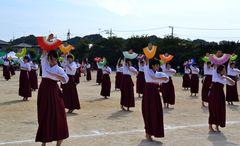 水戸市立第三中の女子生徒によって繰り広げられた詩舞「水戸八景」=同市朝日町