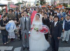 「ホコ天結婚式」で祝福された新郎新婦=水戸市