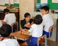 授業の中で将来の夢について児童と一緒に考える「夢先生」の片岡安祐美さん=鉾田市串挽の市立串挽小学校