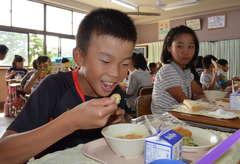 笠間市産の食材を使った給食を味わう市立岩間二小の児童=同市押辺