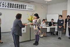 小泉智恵子理事長(左)から助成金の目録を受け取る団体代表者=水戸市梅香