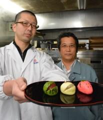 筑西市特産の果実をモチーフにしたまんじゅうを開発した岡埜栄泉の海老沢満さん(左)=筑西市新治
