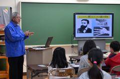 原子力の専門家が講師を務める出前授業=筑西市立竹島小
