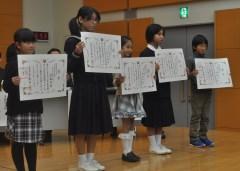 下水道促進週間コンクールの絵画/ポスター部門で知事賞を受けた小中学生=県庁