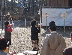 結城諏訪神社で行われた破魔弓祭=結城市上山川