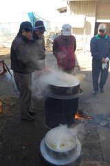 みそ造りのため、収穫した大豆を煮る市民団体メンバー=筑西市中館