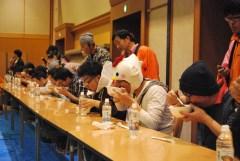 早食い世界大会で納豆をかき込む出場者=水戸市宮町