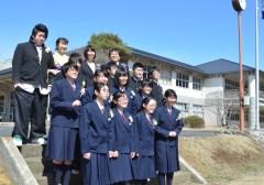 記念写真に収まる城里町立七会中の最後の卒業生たち=同町小勝