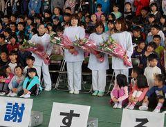 感謝する会では子どもたちと記念撮影も行われた=筑西市立関城西小
