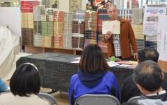 古書の仕入れや値段、最近の傾向などについて話す佐々木嘉弘さん=土浦市大和町