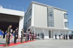 テープカットで新庁舎の完成を祝う関係者=つくば市研究学園