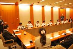 橋本昌知事を表敬訪問した女子学童軟式野球チーム「茨城ガールズ」=県庁