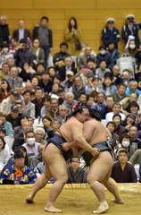 多くのファンが見守る中、相撲を取る稀勢の里関(左)=常陸大宮市工業団地の市西部総合公園体育館、菊地克仁撮影