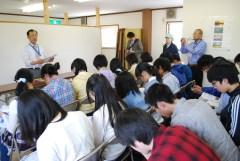 ゆばの製造販売事業について説明を受ける土浦一高の生徒=大子町塙の三宝産業