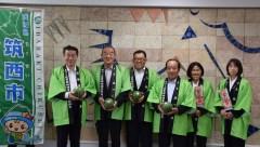 旬の小玉スイカをPRするJA北つくばの国府田利夫組合長(左から2人目)ら=茨城新聞社