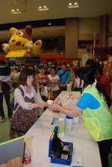 メロンクリームソーダの販売が来場者の人気を集めた=鉾田市当間の鉾田総合公園体育館