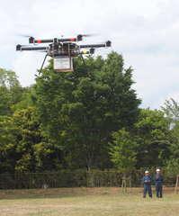 飛行試験場で白米4キロを運ぶ小型無人機「ドローン」=つくば市和台