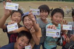 自転車の運転免許証を受け取って喜ぶ児童たち=筑西市立関城西小
