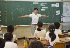 夢を持つ大切さを児童に語り掛ける片岡安祐美さん=鹿嶋市宮中