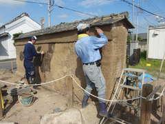 修復された長島家跡地の土塀=つくば市小田