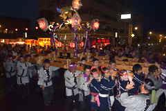 大勢の見物客でにぎわった下館祇園まつりの神輿渡御=23日午後7時20分ごろ、筑西市丙
