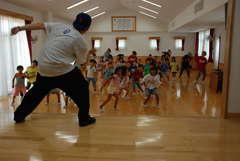 講師の動きに合わせヒップホップダンスを踊る児童クラブの児童=鉾田市野友の串挽保育園