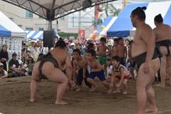 相撲イベント「どすこいペア」で力士と交流する子どもたち=筑西市舟生