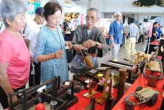 県内の伝統的な工芸品を集め開かれている「県郷土工芸品展」=県庁