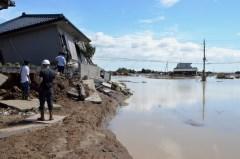 地面が大きくえぐられた堤防決壊現場。濁流が流入した市街地側を望むと、破壊された住宅が点在していた=11日午前11時半、常総市三坂町