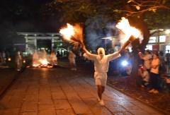 走りながら火の粉を舞い散らした「タバンカ祭」=下妻市大宝の大宝八幡宮