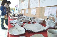 そば店と作陶家が連携して制作した業務用食器が並ぶブース=笠間市笠間