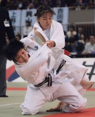 全日本女子選抜体重別選手権1回戦で田村亮子(上・当時)に優勢勝ちした福見友子(当時土浦日大高2年)=横浜文化体育館、2002年4月