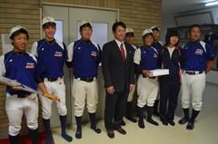 仁志敏久さん(中央)を囲んで記念写真を撮る石下紫峰高の野球部員ら=常総市新石下