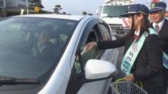 ドライバーに地元産コシヒカリの新米を配り、交通安全を呼び掛ける下館工業高の生徒=筑西警察署前