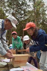 巣箱作りに取り組む筑西市立古里小の児童たち=同市桑山
